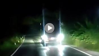 """Tài xế xe tải độ đèn Led trắng khiến xe sau """"không đi nổi"""""""