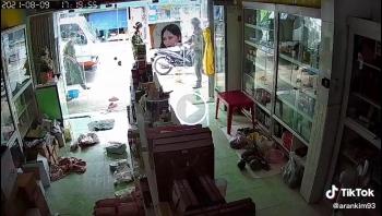 Lén bán trước cửa, hai phụ nữ quăng sạp để chạy trốn công an