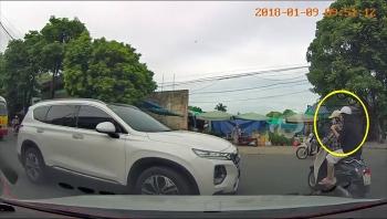 Người phụ nữ đạp đầu ô tô vì cho rằng bị ngáng đường