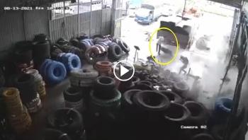 Lốp ô tô phát nổ, cả xưởng sửa chữa xe hoảng sợ