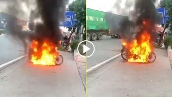 Châm lửa đốt xe ngay khi bị lực lượng chức năng dừng xe để kiểm tra giấy tờ