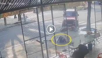 Vào cua mất lái, Ô tô đâm bay người đi xe máy