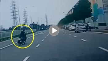 Thanh niên đi xe máy nghi say rượu đâm thẳng vào tài xế taxi đang dừng đỗ trên đường