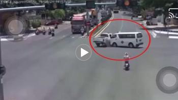 Xe cứu thương lật nghiêng khi va chạm mạnh với ô tô bán tải