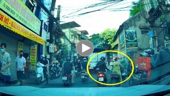 Thanh niên đi xe máy thản nhiên trộm đồ giữa phố đông người