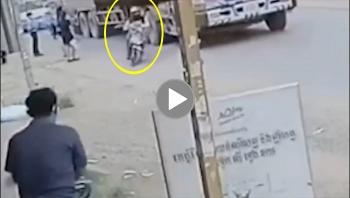 Tránh người đứng ở vỉa hè, tài xế xe máy bị xe tải cán qua chân