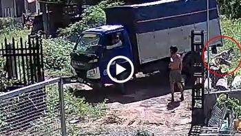 Lúng túng trong lúc lùi xe, tài xế suýt cán trúng phụ xe