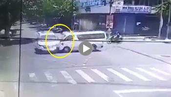 Khoảnh khắc hai xe cứu thương đâm nhau giữa ngã tư