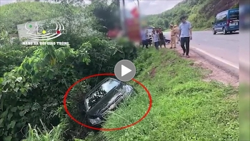 Nữ sinh ngã vào bánh xe ô tô con sau va chạm với chiếc container
