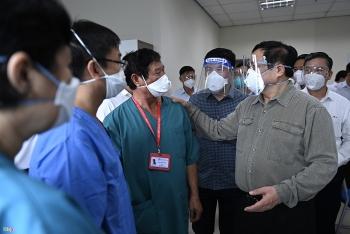 Thủ tướng kiểm tra bệnh viện dã chiến ở Bình Dương