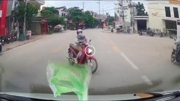 Sang đường bất cẩn, người phụ nữ đi xe máy bị ô tô hất văng