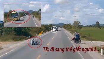 Người đàn ông đi xe máy sang đường như tự tử, suýt báo hại tài xế xe khách