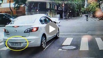 Ô tô Mazda đi ẩu, vượt đèn đỏ suýt gây tai nạn cho xe khác