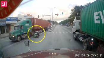 Tránh người phụ nữ sang đường ẩu, container đâm vào xe ô tô khác