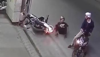 Tránh xe máy, nam thanh niên lao thẳng vào cột điện bên đường