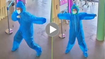 Năng lượng tích cực: Người phụ nữ nhảy múa 'hào hứng' khi đi qua máy soi thân nhiệt