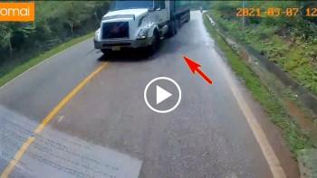 Tài xế đứng tim khi thấy lái xe container vượt ẩu khúc cua khuất tầm nhìn