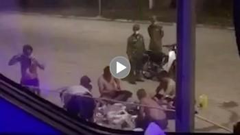 8 người đàn ông vô tư cởi trần, ăn nhậu giữa đường