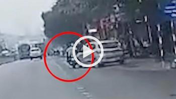 Sau pha đánh lái bất cẩn, ô tô 4 chỗ tông trúng xe máy