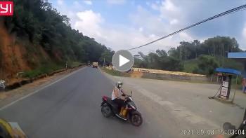 Thót tim cảnh người đi xe máy sang đường ẩu, suýt đâm vào đầu ô tô
