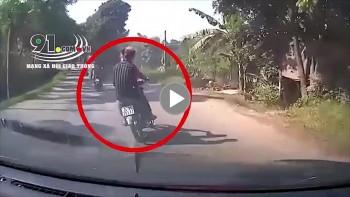 Chạy xe lạng lách, 2 nam thanh niên bị container cuốn vào gầm