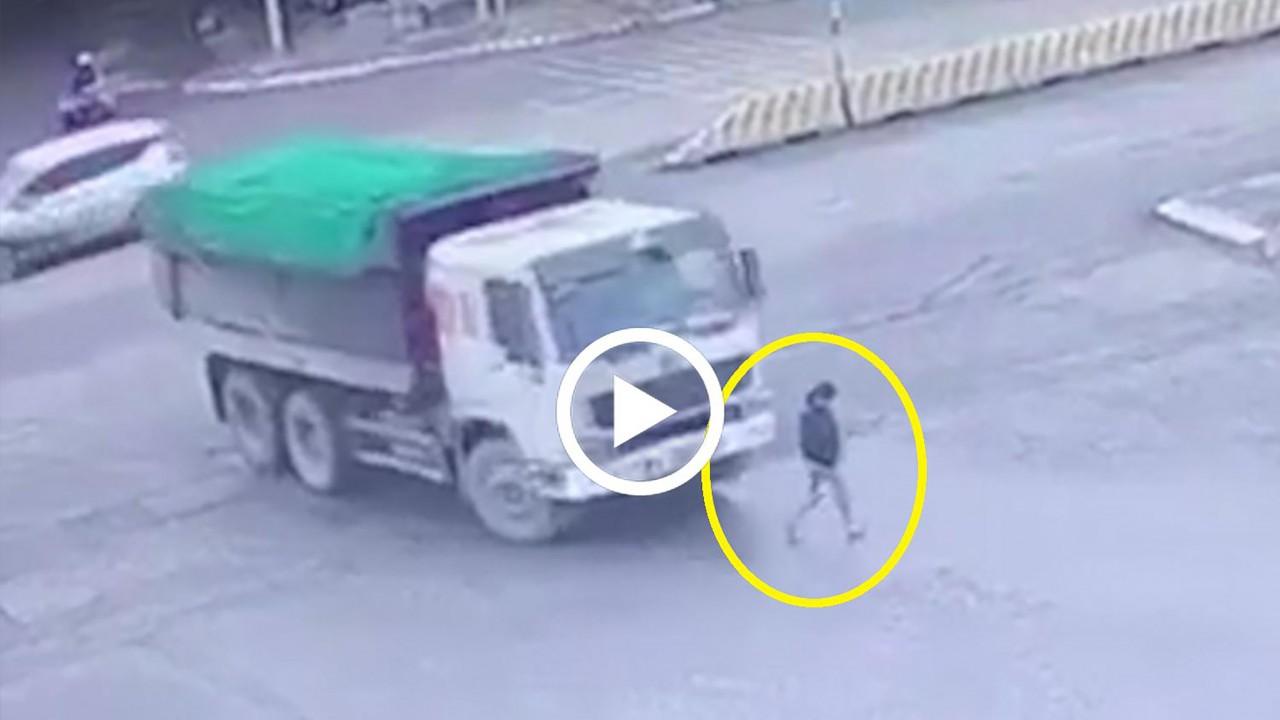 Khoảnh khắc xe tải quay đầu, cuốn cô gái vào gầm
