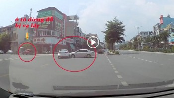 Sang đường ẩu, tài xế luống cuống đạp nhầm chân ga gây tai nạn liên hoàn