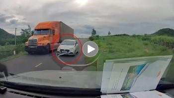 Xe con vượt ẩu, ép container suýt gây tai nạn giao thông