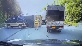 Xe tải phóng nhanh, đi ẩu bị lật đè vào ô tô khác