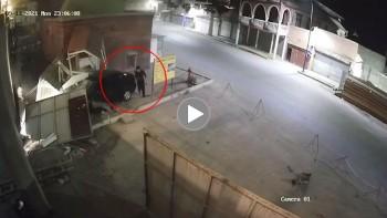 Kinh hoàng cảnh xe ô tô lao vào chốt bảo vệ, 2 người nguy kịch