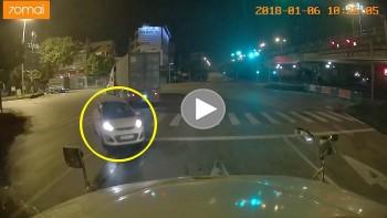 Lái xe bất cẩn, tài xế ô tô 5 chỗ đối đầu với container