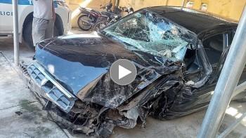 Lạc tay lái, tài xế ô tô đâm trực diện xe tải