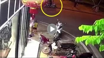 Cháu bé chạy cắt sang đường bị ô tô tông trúng