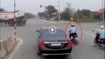 Khoảnh khắc xe máy đi sai làn tạt đầu ô tô và cái kết