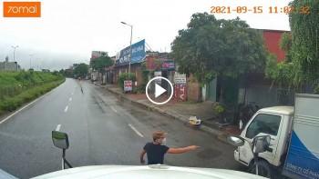 Tài xế xe tải ôm cua gấp suýt đâm vào lái xe container