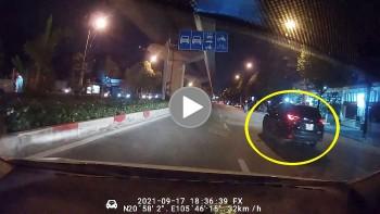 Tài xế ôm cua tốc độ cao khiến 2 xe ô tô khác suýt 'gặp họa'