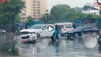 Ô tô vượt đèn đỏ, đâm bẹp xe Mercedes GLC tại ngã tư Hà Nội