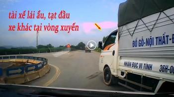 Tài xế xe tải chạy ẩu, tạt đầu xe khác khi ôm cua ở vòng xuyến