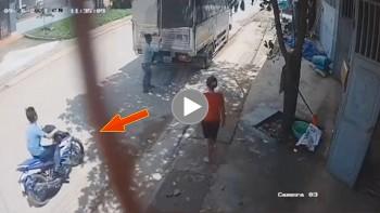 Thanh niên đi xe máy không mũ đâm thẳng vào đuôi xe tải