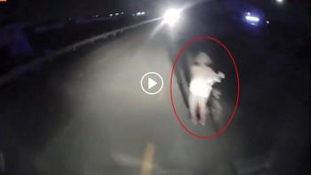 Tài xế đánh lái tránh người đàn ông đang dắt xe đạp giữa đường