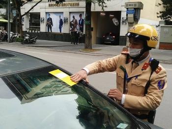 """166 ô tô bị cảnh sát giao thông dán thông báo """"phạt nguội"""" trong ngày đầu ra quân"""