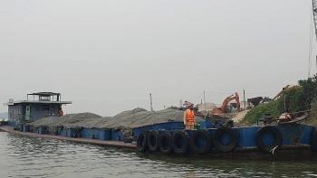 Bắt tàu hết đăng kiểm chở 400 tấn than lậu trên sông Hồng