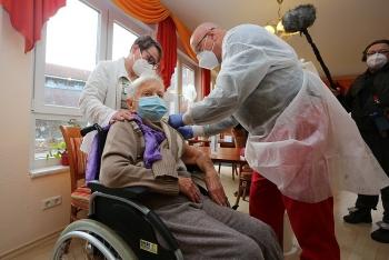 Người đầu tiên được tiêm vaccine COVID-19 ở Đức là cụ bà hơn 100 tuổi