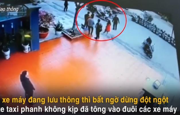video 3 xe may bat ngo dung giua duong bi taxi huc vang