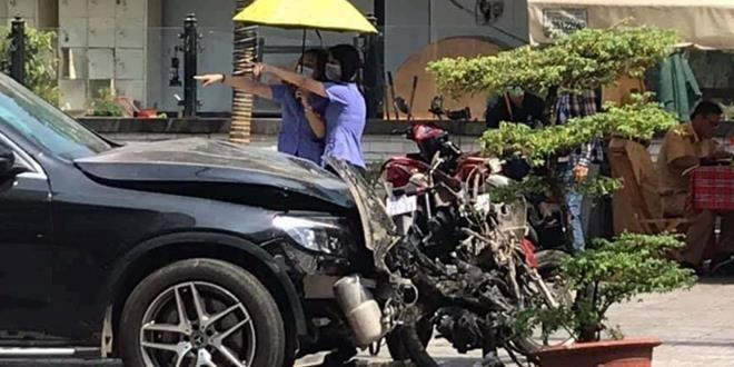 thuc nghiem hien truong xe mercedes tong trong thuong nu tiep vien hang khong