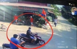 video hai hung nam thanh nien du cua doan tau hoa roi nga vang xuong duong ray
