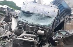 Nghệ An: Container mất lái tông sập nhà dân