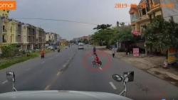 video csgt dung sung dap vo kinh xe sang khong che tai xe vi pham