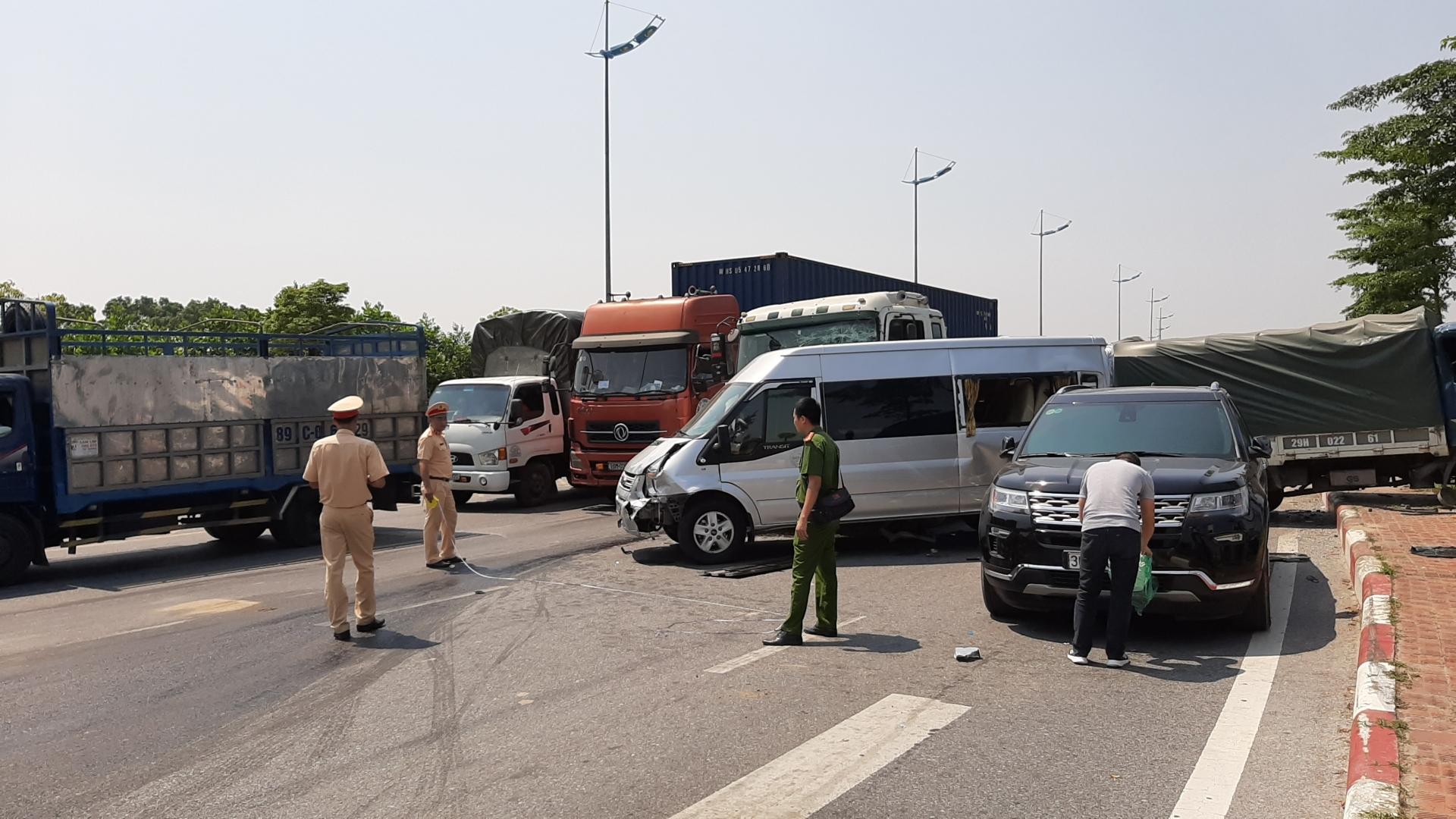 container huc vang 3 xe o to dung den do 3 nguoi bi thuong