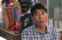 video phan no giup viec cam chan be gai hon 1 tuoi doc nguoc nem xuong giuong vi khong chiu ngu